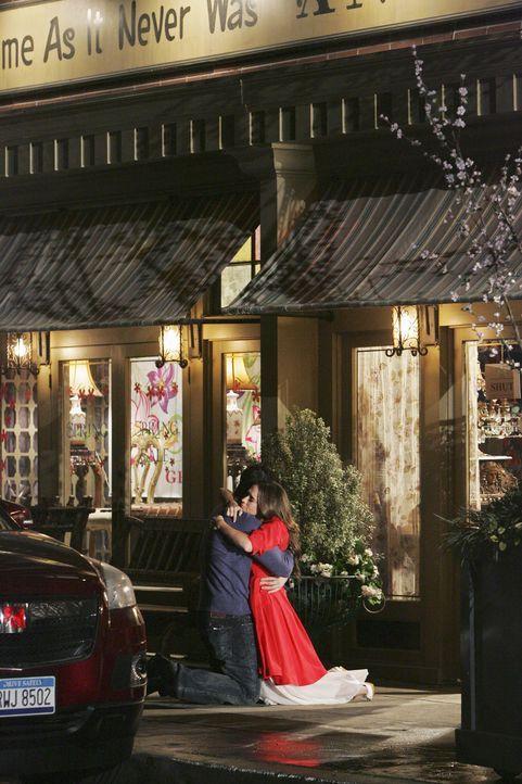 Das Glück ist perfekt: Melinda (Jennifer Love Hewitt, r.) erzählt Jim (David Conrad, l.), dass sie schwanger ist. - Bildquelle: ABC Studios