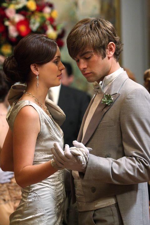 Obwohl sie mittlerweile getrennt sind, gehen Blair (Leighton Meester, l.) und Nate (Chace Crawford, r.) gemeinsam auf den Ball. Chuck ist darüber n... - Bildquelle: Warner Brothers
