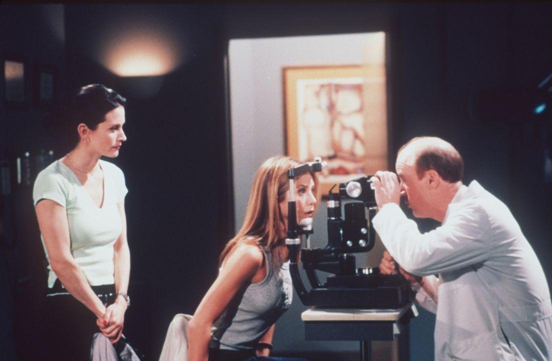 Rachel (Jennifer Aniston, M.) wagt sich nur zum Augenarzt, weil Monica (Courteney Cox, l.) sie begleitet. - Bildquelle: TM+  2000 WARNER BROS.