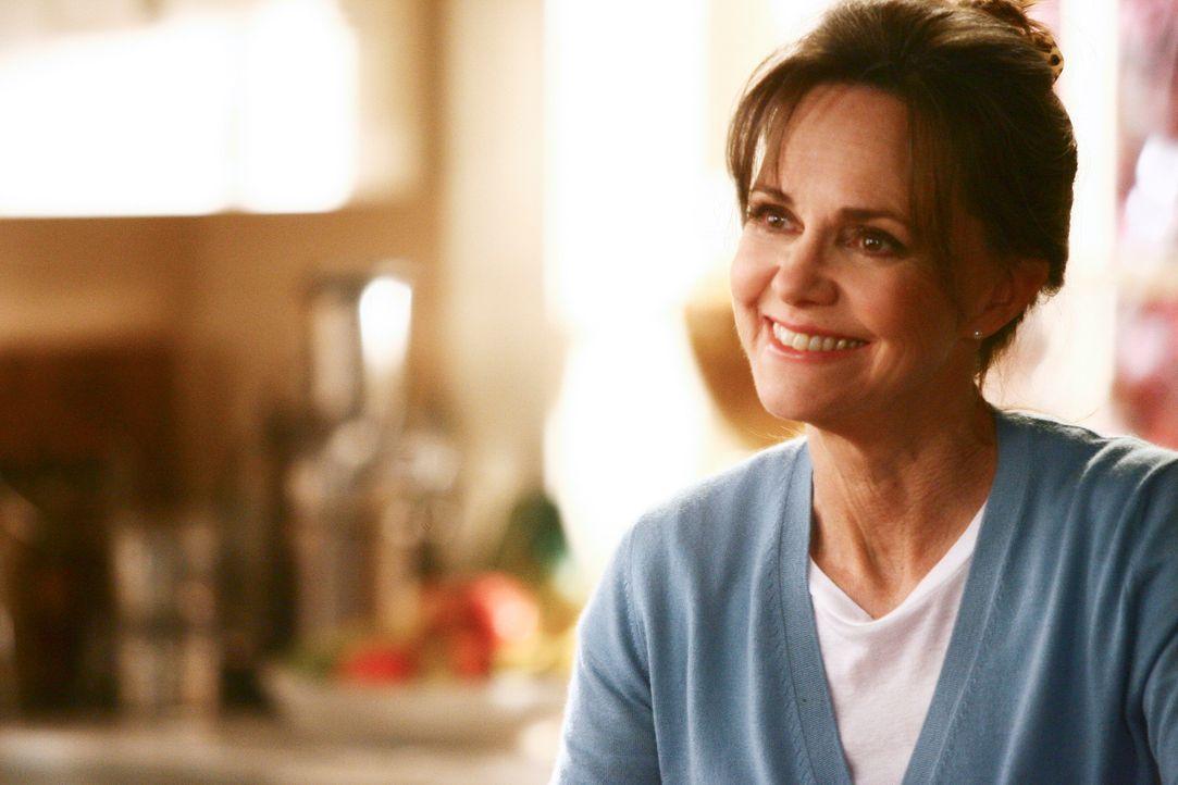 Weiß nicht, was ihre Kinder dazusagen, dass sie mit David ausgeht: Nora (Sally Field) ... - Bildquelle: Disney - ABC International Television