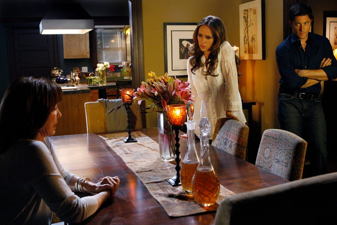Melindas (Jennifer Love Hewitt, M.) Mutter Beth (Anne Archer, l.) beginnt, die wahre Geschichte über Tom Gordon zu erzählen. Jim (David Conrad, r.)... - Bildquelle: ABC Studios