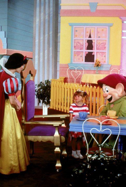 In Disneyworld geht Michelle (Mary-Kate/Ashley Olsen, M.) plötzlich verloren ... - Bildquelle: Warner Brothers Inc.