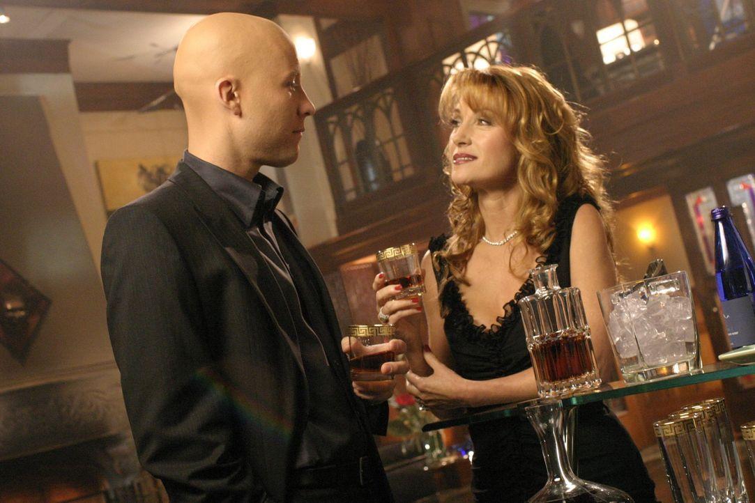 Überraschend kehrt Jasons Mutter Genevieve (Jane Seymour, r) nach Smallville zurück und unterbreitet Lex (Michael Rosenbaum, l.) ein Angebot, das er... - Bildquelle: Warner Bros.
