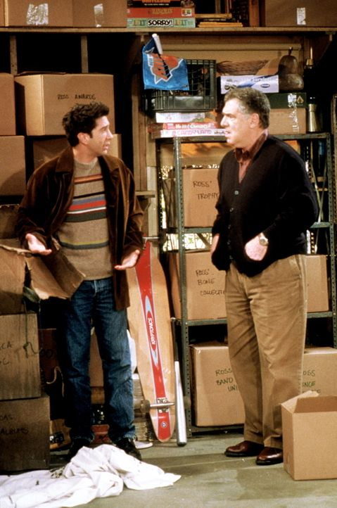 Ross (David Schwimmer, l.) kann es nicht verstehen, warum sein Vater Jack (Elliott Gould, r.) Monicas Spielsachen nicht aufgehoben hat ... - Bildquelle: TM+  2000 WARNER BROS.