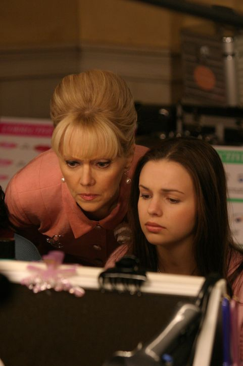 Auf Anraten von Gott nimmt Joan Girardi (Amber Tamblyn, r.) an einem Make-Up-Kurs bei Ms. Candy (Shelley Long, l.) teil ... - Bildquelle: Sony Pictures Television