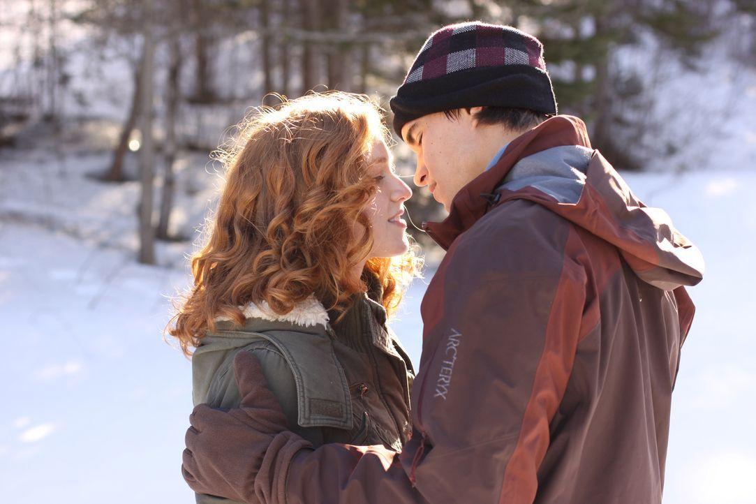 Neben dem Eiskunstlaufen liebt Teenager Lexi (Taylor Firth, l.) nur noch ihren Freund Nick (Rob Mayes, r.). Eines Tages erhält sie das Angebot, in e... - Bildquelle: 2010 Stage 6 Films, Inc. All Rights Reserved.