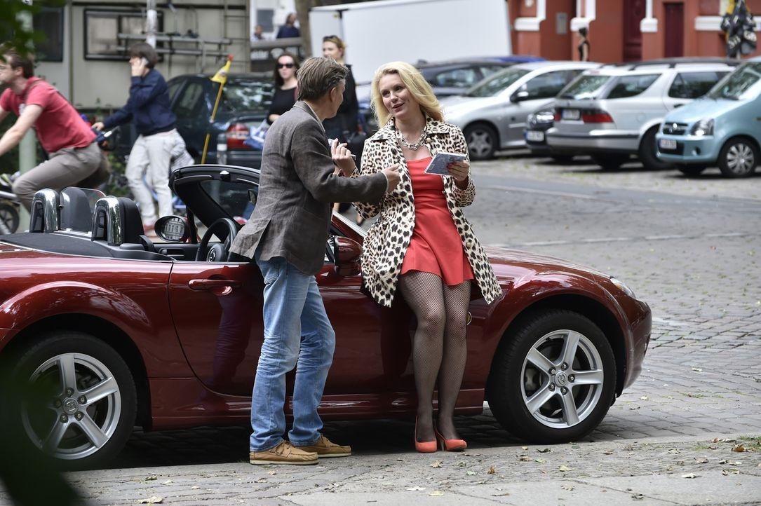 Was hat das zu bedeuten? Felicitas kann es nicht glauben, als sie Hendrik (Stephan Baumecker, l.) mit einer unbekannten, attraktiven Frau (Darstelle... - Bildquelle: Claudius Pflug SAT.1