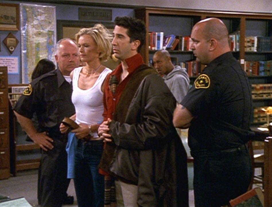 Peinlich, peinlich: Ross (David Schwimmer, M.) ist erwischt worden, als er sich mit einer Studentin in der Bibliothek vergnügt hat. - Bildquelle: TM+  2000 WARNER BROS.