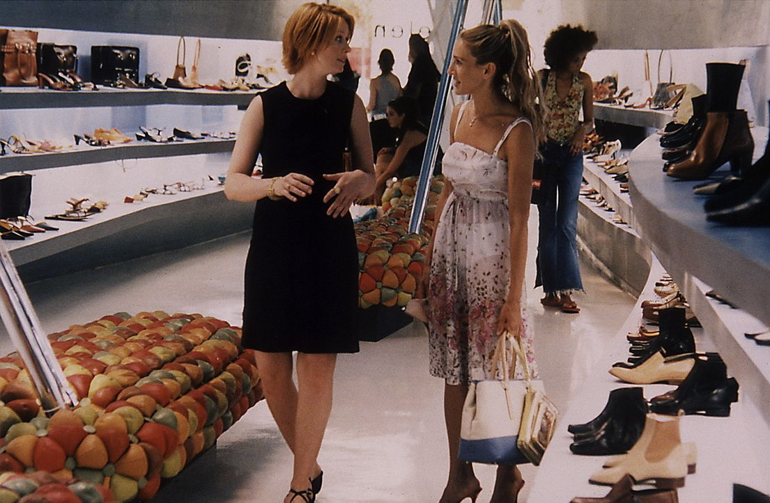 Während Carrie (Sarah Jessica Parker, r.) und Miranda (Cynthia Nixon, l.) Schuhe kaufen, erklärt die schwangere Rechtsanwältin ihrer Freundin, dass... - Bildquelle: Paramount Pictures