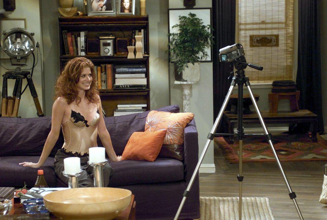 """Grace (Debra Messing) möchte Leo mit einem sexy Video überraschen. Sie ahnt jedoch nicht dass sie bei ihren """"Dreharbeiten"""" beobachtet wird ... - Bildquelle: NBC Productions"""