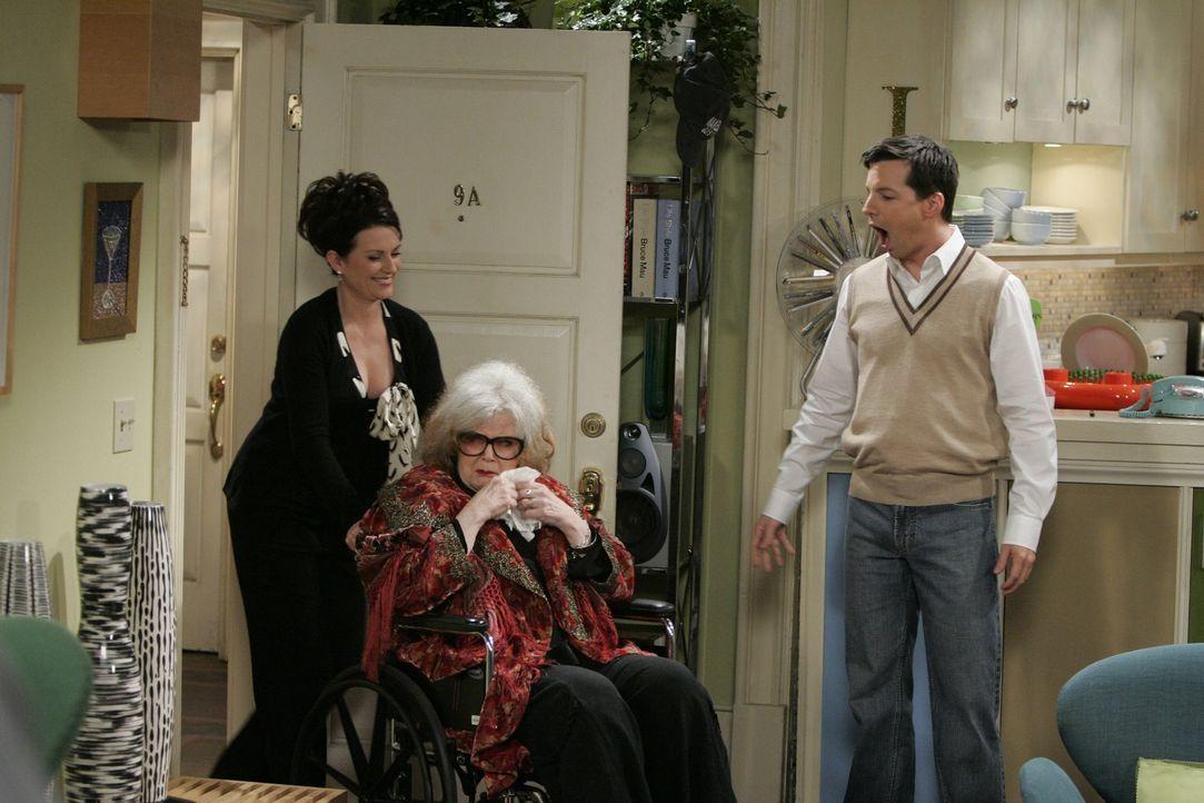Karen (Megan Mullally, l.) und Jack (Sean Hayes, r.) bekommen Besuch von Zandra (Eileen Brennan, M.) ... - Bildquelle: Chris Haston NBC Productions