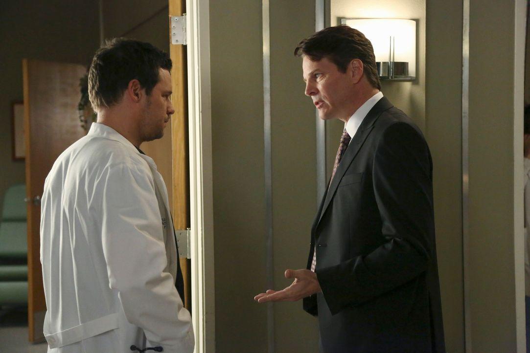 Dr. Alex Karev (Justin Chambers, l.) muss ein Baby notoperieren. Nur die Eltern wollen sich nicht so Recht zu der Situation äußern. Der Vater (Micha... - Bildquelle: ABC Studios
