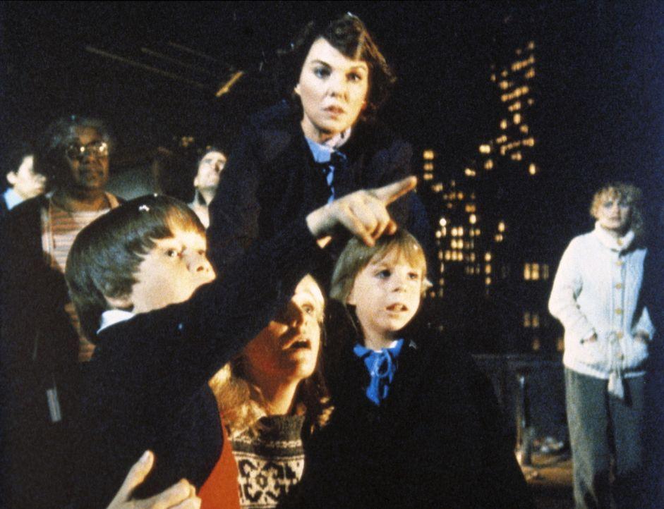 Cagney (Sharon Gless, hinten r.) und Lacey (Tyne Daly, M.) mit den Kindern des Weihnachtsmannes. - Bildquelle: ORION PICTURES CORPORATION. ALL RIGHTS RESERVED.