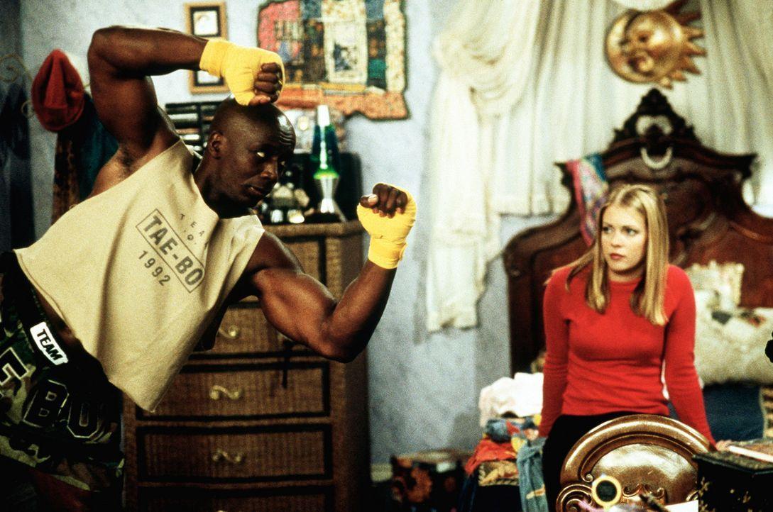 Sabrina (Melissa Joan Hart, r.) weiß nicht, was sie von den Geschehnissen in ihrem Zimmer halten soll ... - Bildquelle: Paramount Pictures