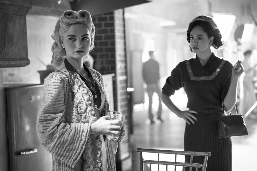 Lizzie Saltzman (Jenny Boyd, l.); Josie Saltzman (Kaylee Bryant, r.) - Bildquelle: 2020 Warner Bros Entertainment Inc. All rights reserved.