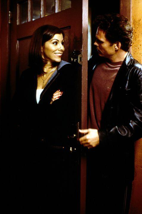Noch kann sich Lydia (Heather Paige Kent, l.) freuen, denn sie weiß noch nicht, das ihr Bruder Paul (Kevin Dillon, r.) bei ihr einziehen möchte ... - Bildquelle: CBS Television