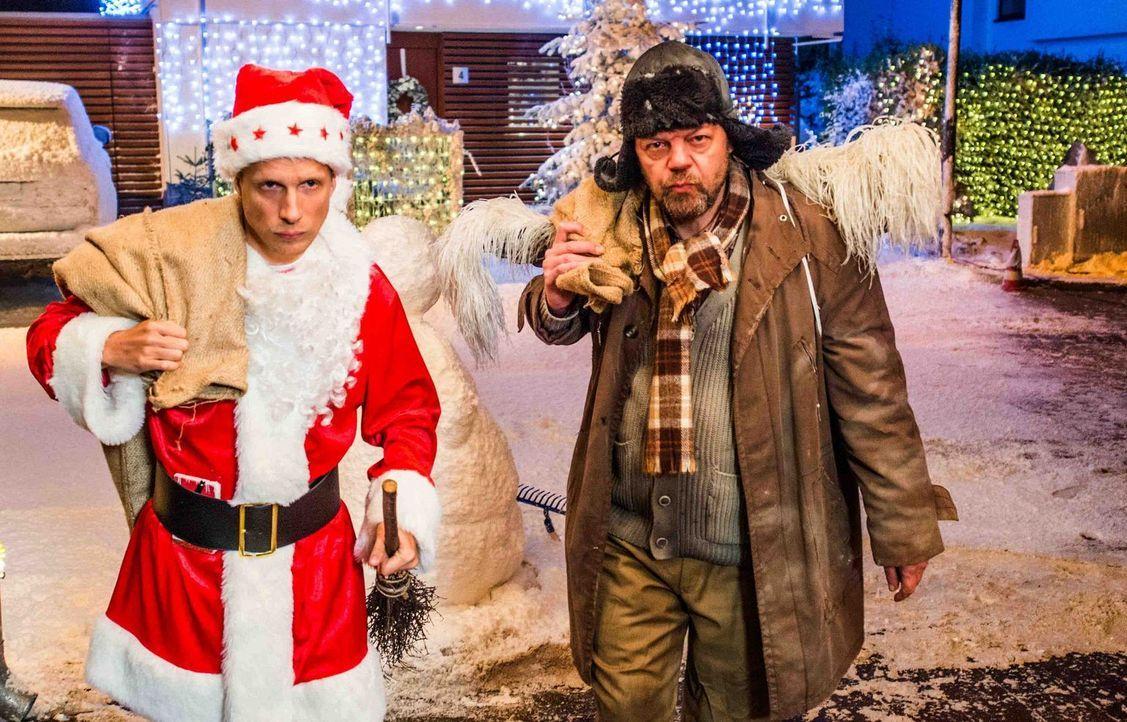 Benutzt dem Weihnachtskrieg, den er unter verfeindeten Nachbar geschürt hat, um sich reichlich beschenken zu lassen: Johannes Herder (Oliver Pocher,... - Bildquelle: Wolfgang Ennenbach SAT.1