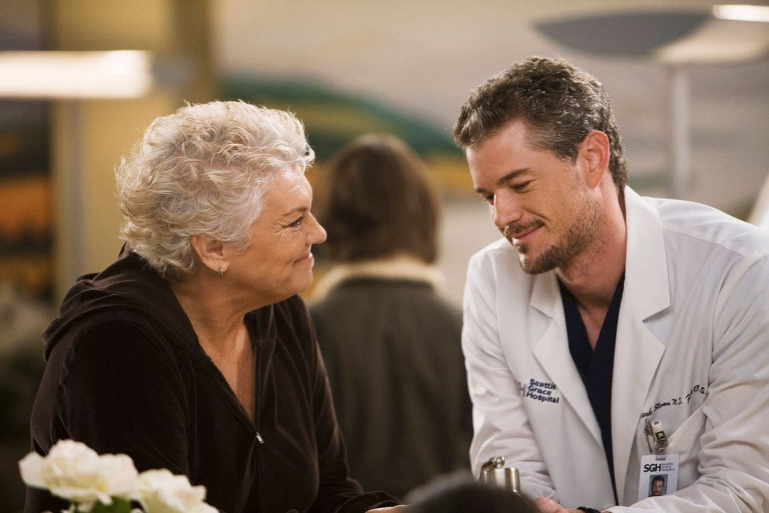 Die Ankunft von Dereks Mutter Carolyn Shepherd (Tyne Daly, l.),  macht außer Meredith auch noch Mark (Eric Dane, r.) sehr nervös. Er  hat nämlich... - Bildquelle: Touchstone Television