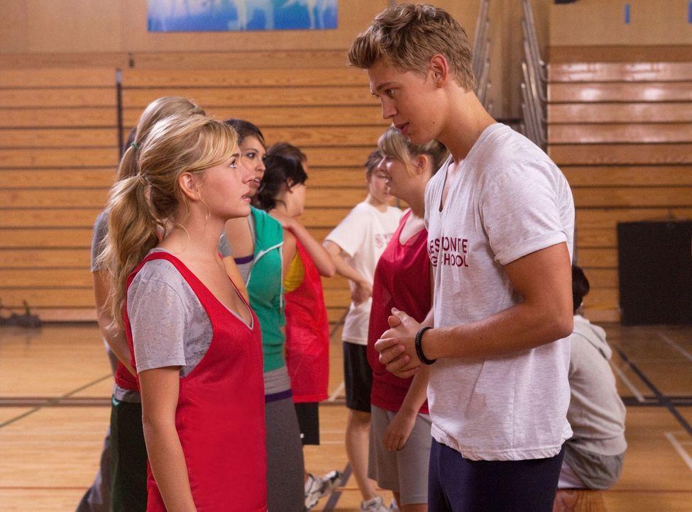 Lux (Brittany Robertson, l.) klagt Jones (Austin Robert Butler, r.) ihr Leid, da sie sich Sorgen um den bevorstehenden Test macht, denn würde sie di... - Bildquelle: The CW   2010 The CW Network, LLC. All Rights Reserved