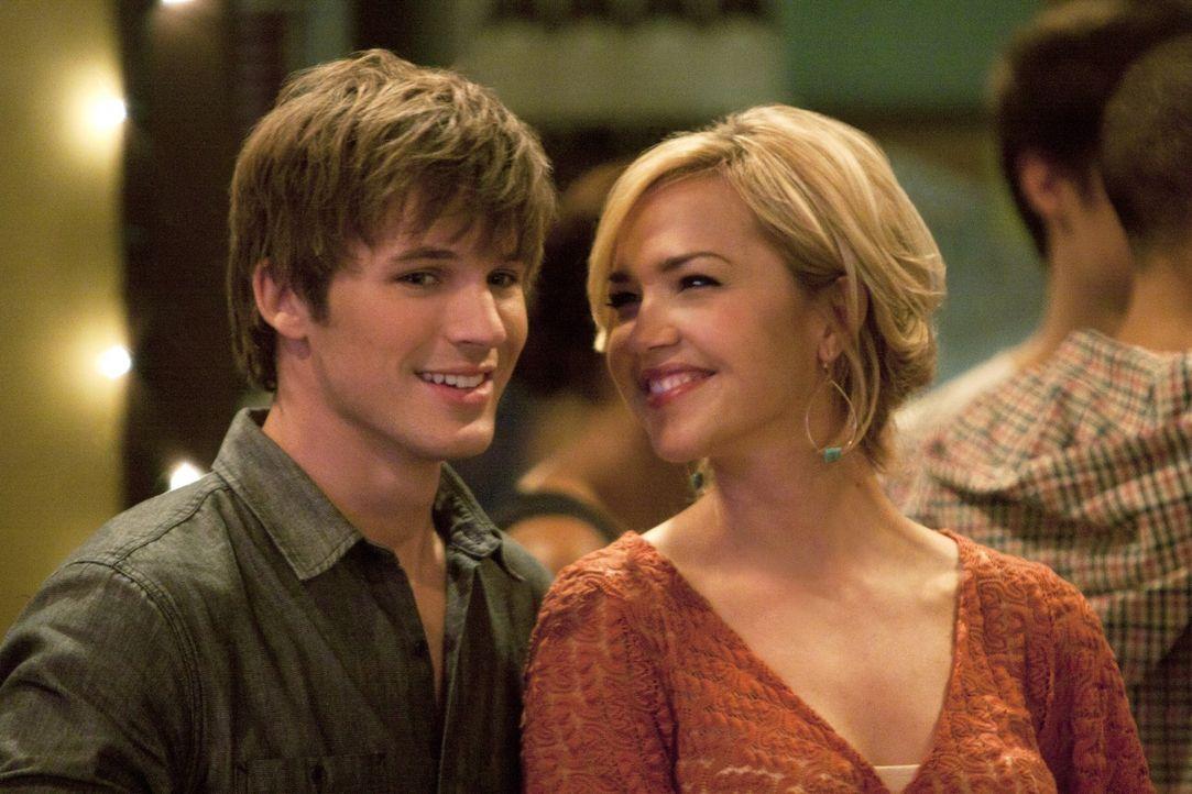 Vanessa (Arielle Kebbel, r.) hat Liam (Matt Lanter, l.) überredet, seine Bar neu zu eröffnen und umzustylen, damit der Laden endlich ins Laufen ko... - Bildquelle: 2011 The CW Network. All Rights Reserved.