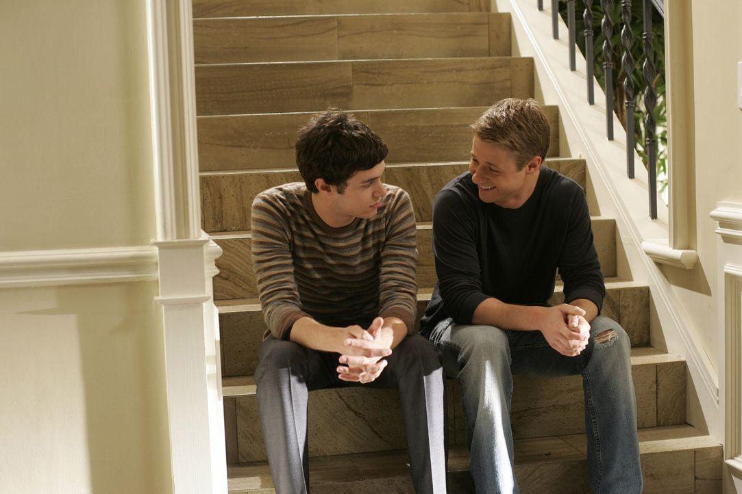 Seth (Adam Brody, l.) und Ryan (Benjamin McKenzie, r.) überlegen, auf welches College sie gehen sollen ... - Bildquelle: Warner Bros. Television