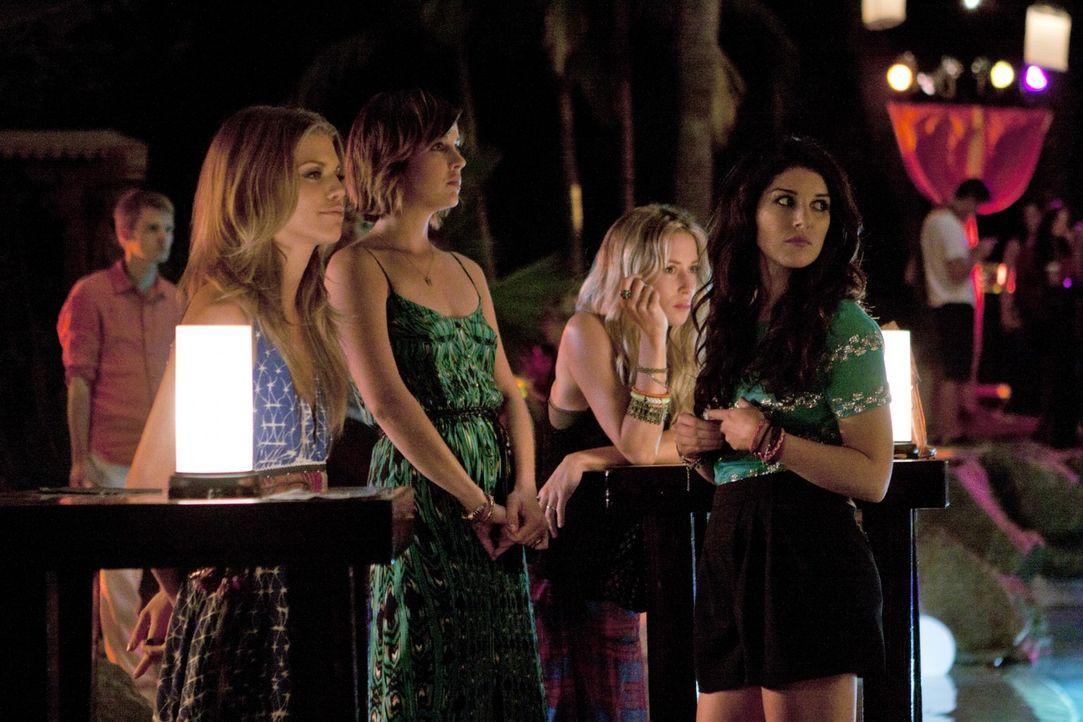 Annies Freundinnen sind erstaunt über Liams Antrag (v.l.n.r.): Naomi (AnnaLynne McCord), Erin (Jessica Stroup), Ivy (Gillian Zinser) und Annie (She... - Bildquelle: TM &   2011 CBS Studios Inc. All Rights Reserved.