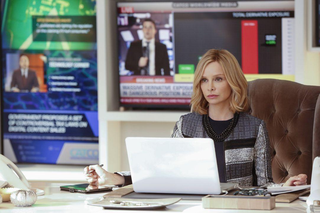 Cat Grant (Calista Flockhart) wittert eine Story, als Supergirl Konkurrenz von einem weiteren Helden mit besonderen Kräften bekommt: Barry Allen ali... - Bildquelle: 2015 Warner Bros. Entertainment, Inc.