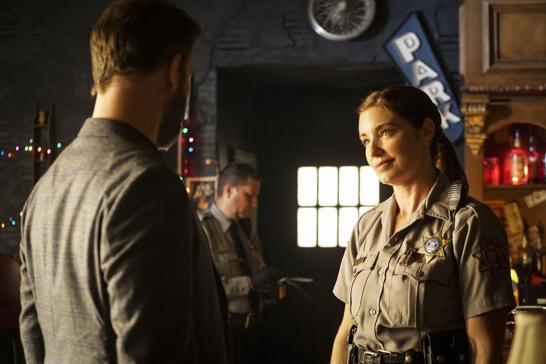 Alaric Saltzman (Matt Davis, l.); Sheriff Machado (Bianca Kajilich, r.) - Bildquelle: Annette Brown 2020 Warner Bros Entertainment Inc. All rights reserved. / Annette Brown