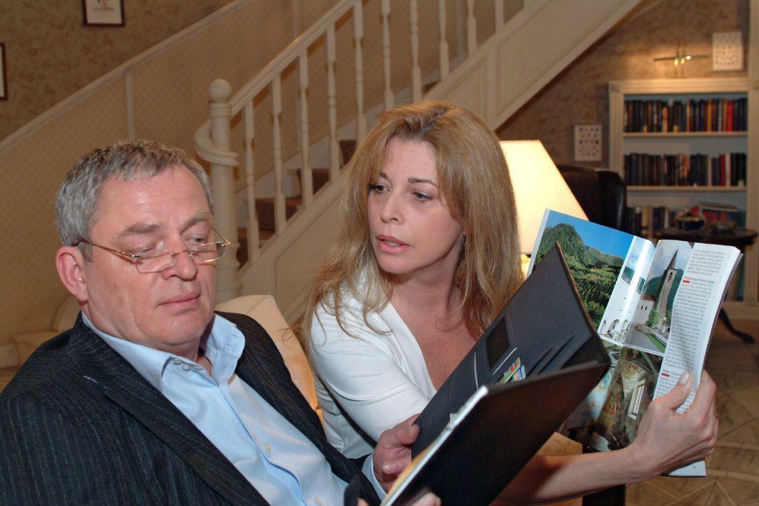 Während Friedrich (Wilhelm Manske, l.) in seinen Terminkalender vertieft ist, spricht Laura (Olivia Pascal, r.) die Urlaubsplanung an. Doch Friedric... - Bildquelle: Monika Schürle SAT.1 / Monika Schürle