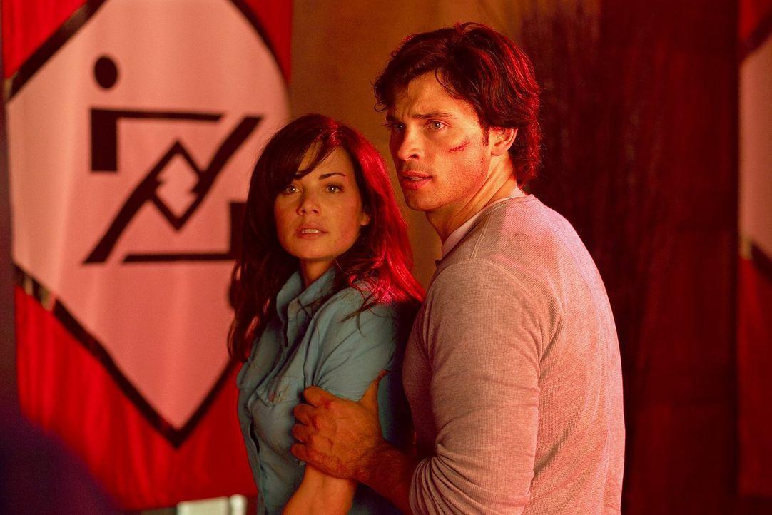 Sollte sich Lois` (Erica Durance, l.) Vision von der Zukunft bewahrheiten, wird Clark (Tom Welling, r.) den Kampf gegen Zod verlieren ... - Bildquelle: Warner Bros.