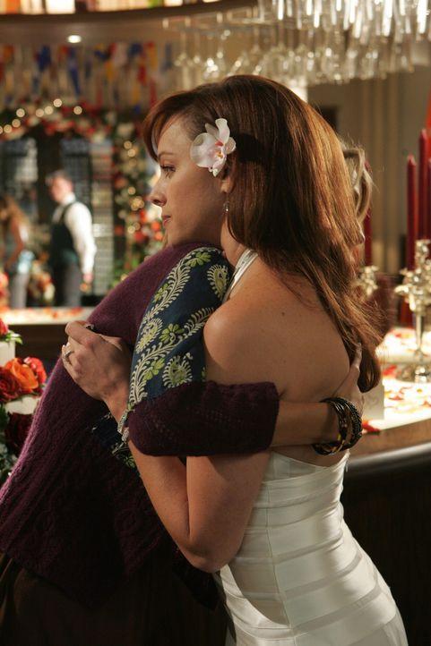 Halten zusammen: Marissa (Mischa Barton, l.) und Julie (Melinda Clarke, r.) ... - Bildquelle: Warner Bros. Television