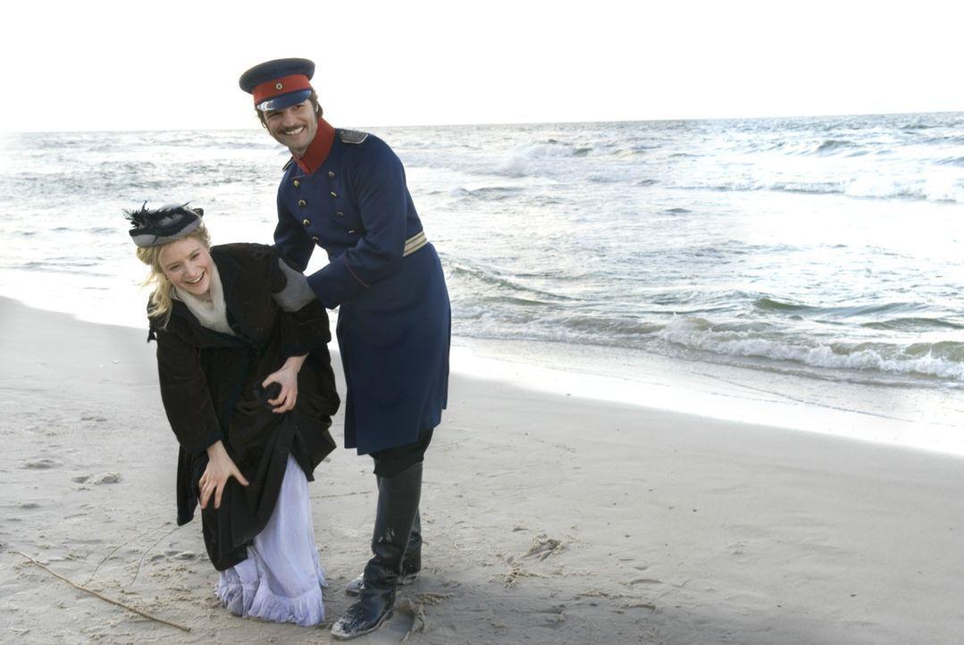 Major Crampas (Mišel Maticevic, r.) ist der einzige Lichtblick im Leben von Effi von Briest (Julia Jentsch, l.). Die Beiden sind zwar verheiratet un... - Bildquelle: Constantin Film
