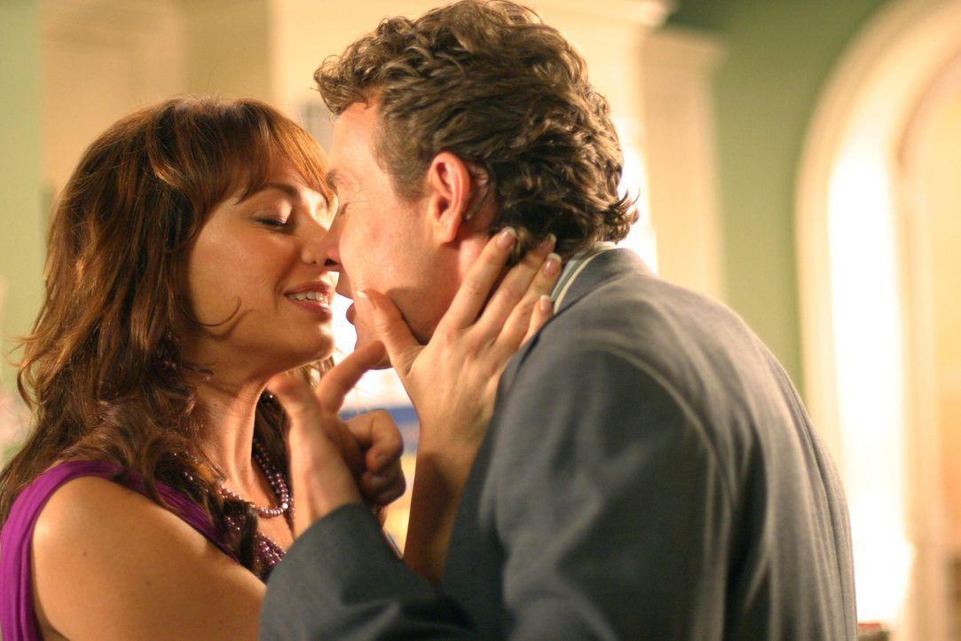 Während Summer beschließt, Chrismukkah nicht aufzugeben, verbringen Jimmy (Tate Donovan, r.) und Julie (Melinda Clarke, l.) eine Nacht zusammen ... - Bildquelle: Warner Bros. Television