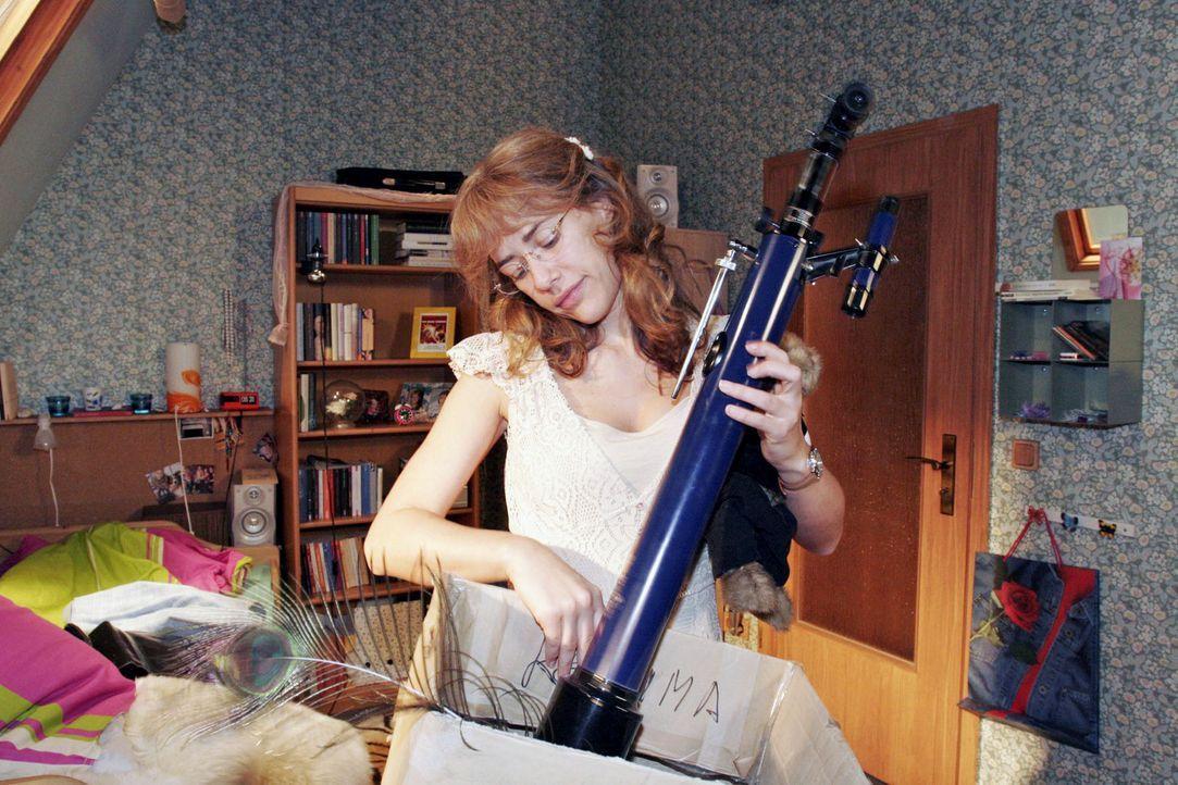 Als Lisa (Alexandra Neldel) ihr Zimmer ausräumt, hängt sie ihren Erinnerungen an die Zeit mit David nach. (Dieses Foto von Alexandra Neldel darf n... - Bildquelle: Noreen Flynn Sat.1