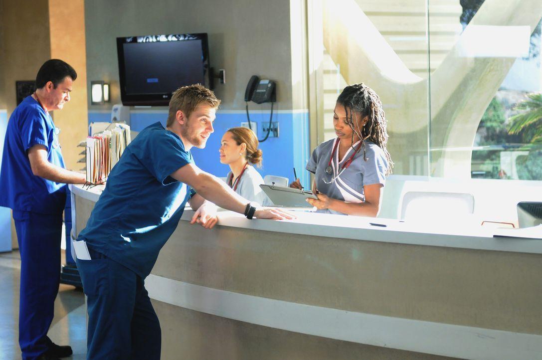 Dr. DeLeo (Mike Vogel, l. vorne) und Krankenpfleger Graceffa (Shanola Hampton, r. vorne) geraten in Hektik: Eine polnische Patientin wurde ins falsc... - Bildquelle: Warner Brothers
