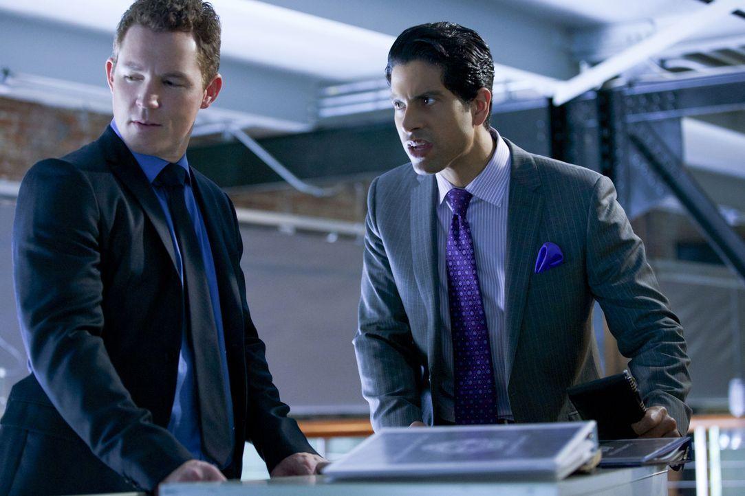 Wollen Terry (Shawn Hatosy, l.) und Preston (Adam Rodriguez, r.) Beweise verschwinden lassen? - Bildquelle: 2013 CBS BROADCASTING INC. ALL RIGHTS RESERVED.