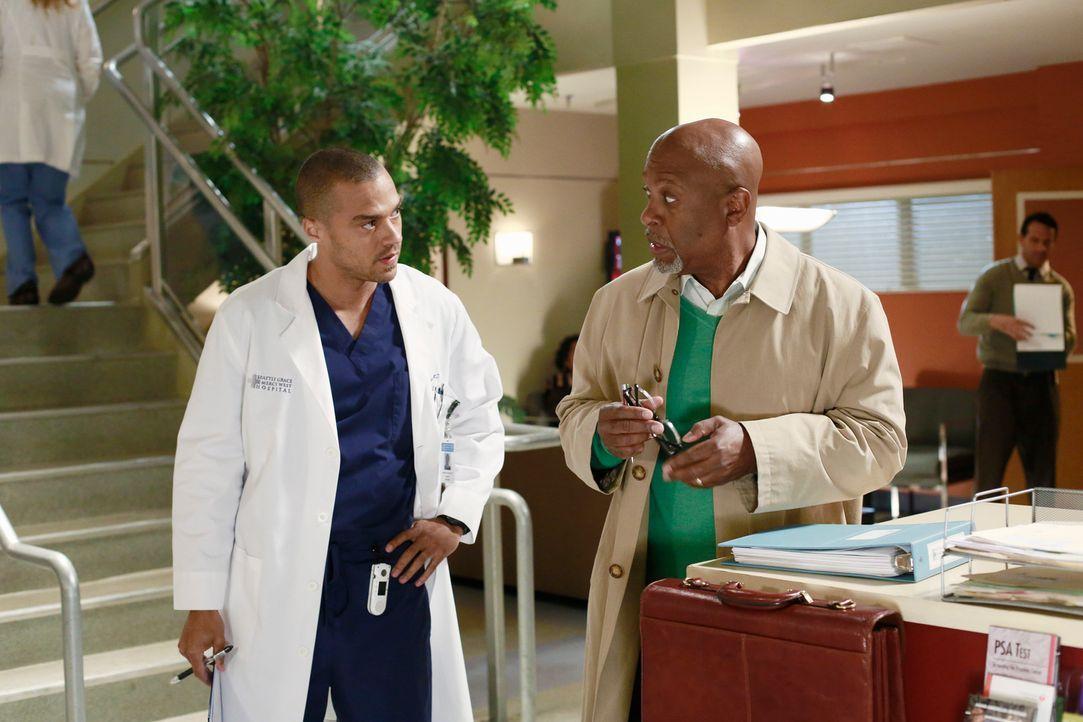 Jackson (Jesse Williams, l.) tritt an Webber (James Pickens, Jr., r.) heran, da er eine Mail von ihm bekommen hat, die offensichtlich für seine Mutt... - Bildquelle: ABC Studios