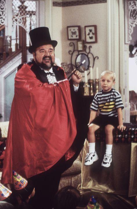 Mortimer (Dom De Luise, l.) führt den Nachbarskindern Zaubertricks vor. - Bildquelle: Paramount Pictures