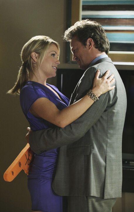 Alice (Andrea Anders, l.) und Ben Donovan (Matthew Perry, r.) sind eigentlich nur gute Freunde, die aber hin und wieder miteinander schlafen ... - Bildquelle: Sony Pictures Television Inc. All Rights Reserved.
