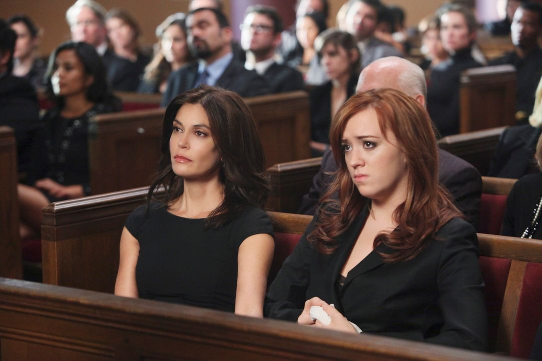 Nehmen Abschied von Karl: Susan (Teri Hatcher, l.) und Julie (Andrea Bowen, r.) ... - Bildquelle: ABC Studios