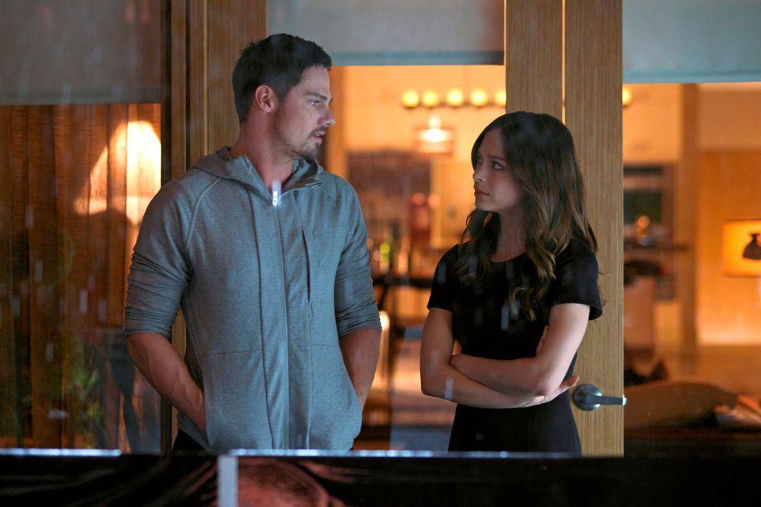 Während Cat (Kristin Kreuk, r.) versucht, Vincent (Jay Ryan, l.) zu retten, möchte Gabe Cat zurückgewinnen. Doch wird es ihm gelingen? - Bildquelle: 2013 The CW Network, LLC. All rights reserved.