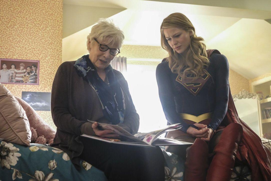 Kara alias Supergirl (Melissa Benoist, r.) stattet Sams Mutter Patricia (Betty Buckley, l.) einen Besuch ab und erhält schockierende Neuigkeiten ... - Bildquelle: 2017 Warner Bros.