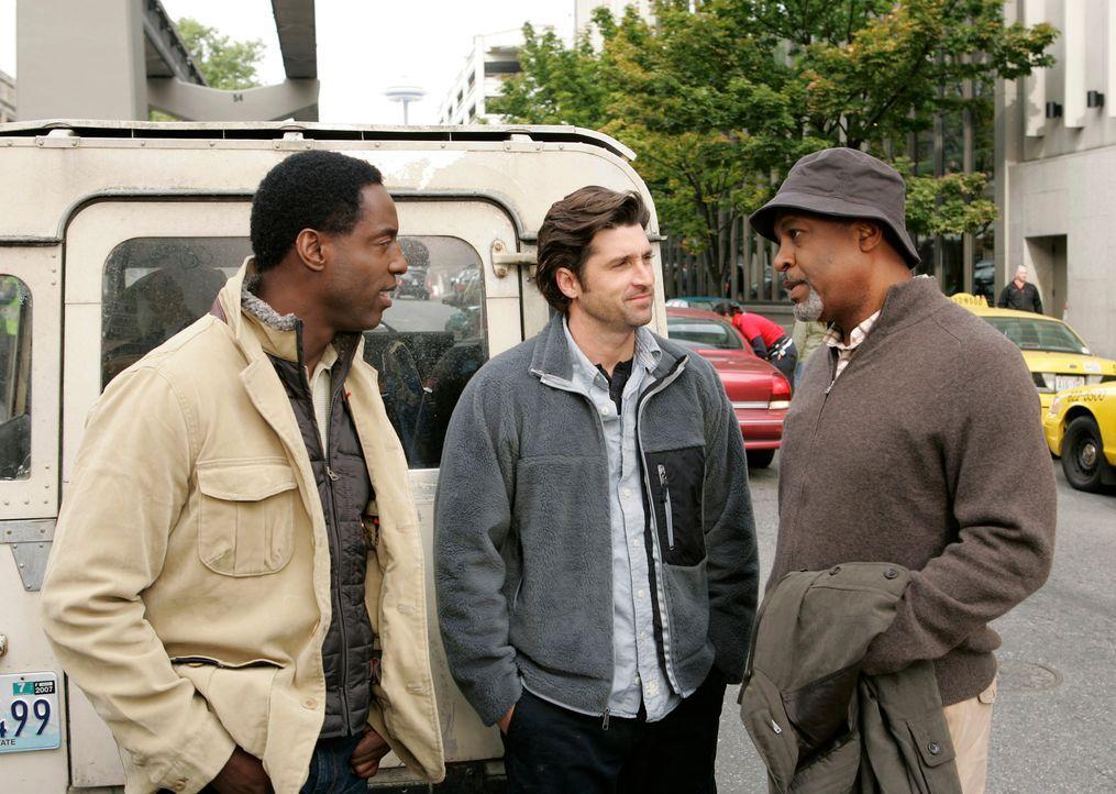 Ein gemeinsamer Campingausflug steht an: Burke (Isaiah Washington, l.), Derek (Patrick Dempsey, M.) und Webber (James Pickens Jr., r.) ... - Bildquelle: Touchstone Television