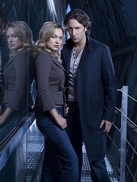 (1. Staffel) - Beide empfinden eine große Anziehung füreinander: Der Privatdetektiv Mick (Alex O'Loughlin, r.) und die Reporterin Beth Turner (Sop... - Bildquelle: Warner Brothers