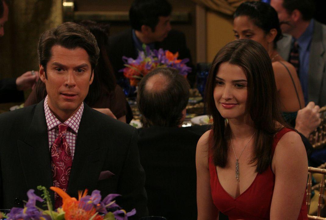 Auch Robin (Cobie Smulders, r.) erscheint in Begleitung eines anderen Mannes. Ausgerechnet ihr Kollege Sandy (Alexis Denisof, l.) begleitet sie zu d... - Bildquelle: 20th Century Fox International Television