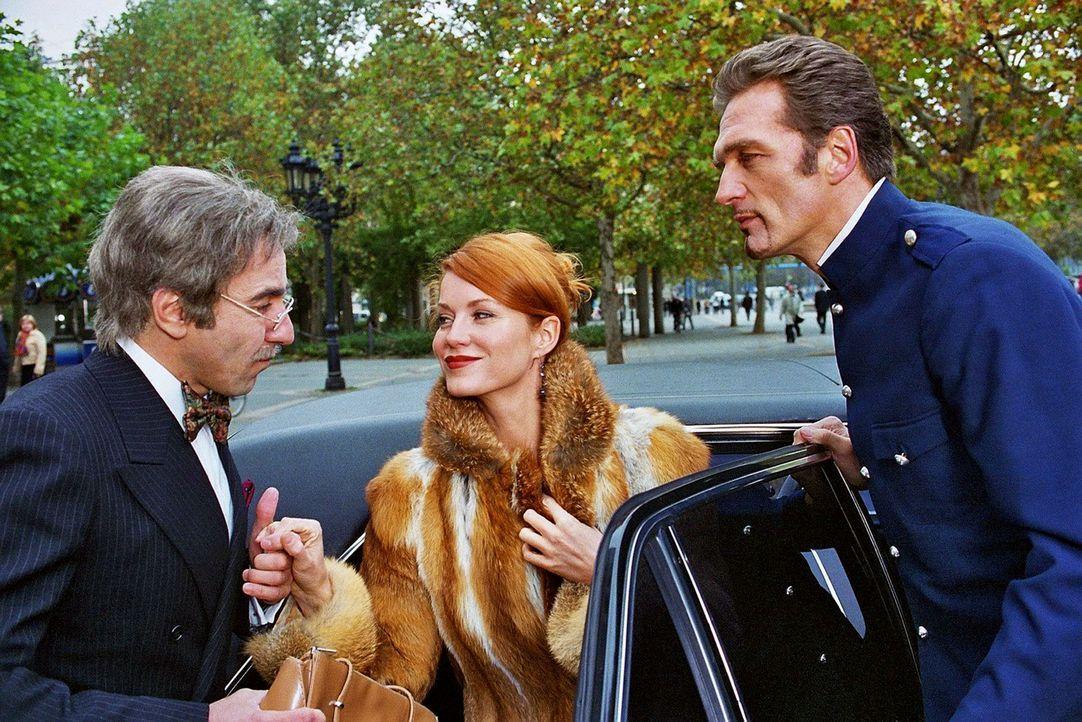 Sandra (Esther Schweins, M.) und René (Dieter Landuris, l.) haben die Diamanten getauscht. Max (Walter Sittler, r.) spielt den Chauffeur. - Bildquelle: Sat.1