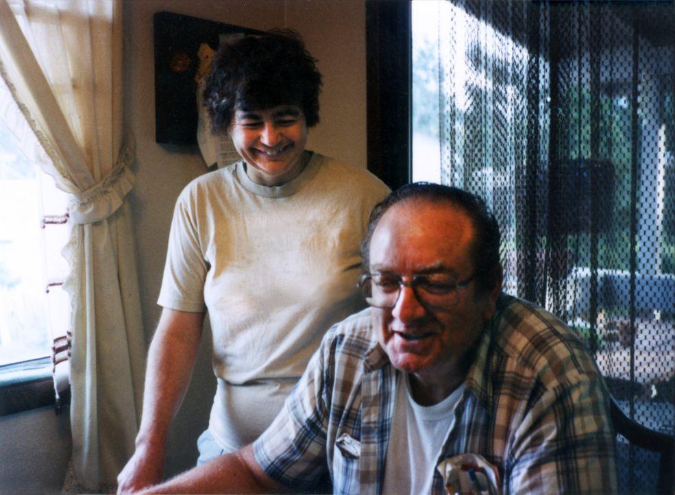 Als ihre Tochter eine gleichgeschlechtliche Beziehung eingeht, brechen Barbara (l.) und Gary (r.) Loesch die Beziehung ab. Doch als der Vater auf br... - Bildquelle: 2013 NBCUniversal ALL RIGHTS RESERVED.