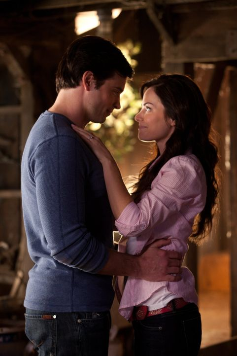 Wird Clarks (Tom Welling, l.) Bruder es schaffen, ihn und Lois (Erica Durance, r.) auseinander zu bringen? - Bildquelle: Warner Bros.