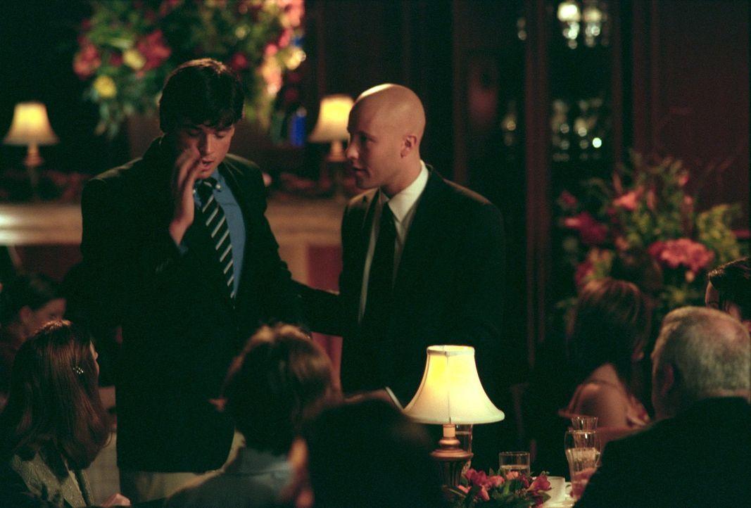 Bei Lex`(Michael Rosenbaum, r.) Trauung vernimmt Clark (Tom Welling, l.) plötzlich wieder die Stimme, die ihm eine mysteriöse Botschaft mitteilt ... - Bildquelle: Warner Bros.