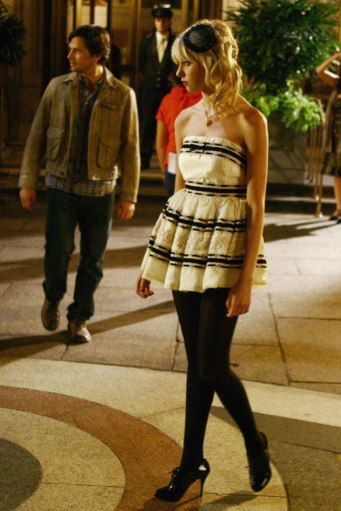 Agnes organisiert für Jenny (Taylor Momsen) eine Guerilla-Modenschau. Nach anfänglichem Zögern ist auch Jenny Feuer und Flamme dafür ... - Bildquelle: Warner Bros. Television